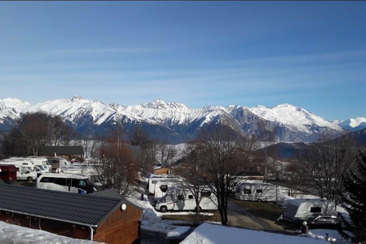 Le parking sécurisé sur le camping caravaneige du Col la Toussuire les Sybelles Maurienne Savoie